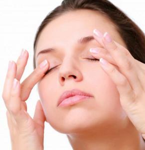 Massage mặt 1-2 phút với dầu tẩy trang DHC