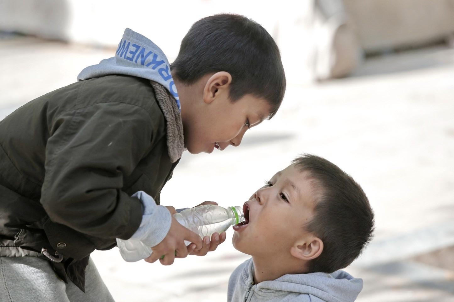 Khuyến khích con giúp đỡ người khác